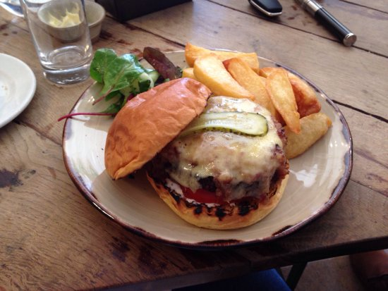 Enjoy a Delightful Country Pub Lunch in The Cotswolds